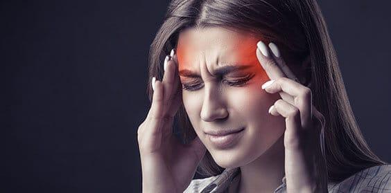 Pastillas de un dolor de cabeza severo y una lista de medicamentos